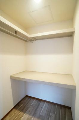 洋室5.9帖のお部屋にあるウォークインクローゼットです♪棚が2段+ハンガーラックでたっぷり収納出来ます☆