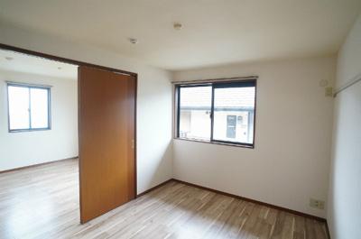 南東向き洋室5.9帖のお部屋です!壁にはピクチャーレールがあり、絵や写真が飾れます☆ハンガー掛けとしても便利!