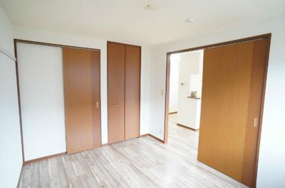 ウォークインクローゼット(左)と収納スペース(右)のある洋室5.9帖のお部屋です!荷物をたくさん収納できてお部屋がすっきり片付きます☆