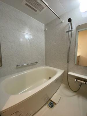追炊きと自動湯沸かし付のお風呂で、浴室内もゆったりできるお風呂です