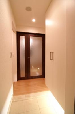 たっぷり収納できるシューズボックスがある玄関です