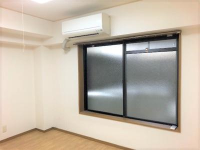 お部屋が地下になるのでベランダの窓も低いです。