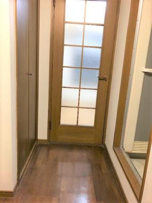 玄関入ってすぐ右側にトイレとお風呂があります。 左側に下駄箱とキッチン、クローゼットがあります。