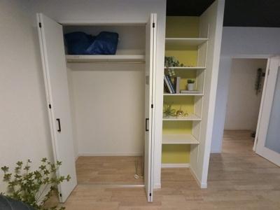 リビングのクローゼットです。 制服やスーツ、可動棚には書類などを収納出来ます。