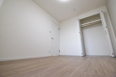 約5.5帖の洋室。白を基調として明るい印象に。主寝室としても十分な広さを確保。