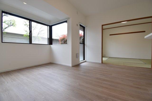 リノベーション済みの室内は陽の光で一段と明るい空間に。1階部分でも開放感はございます。