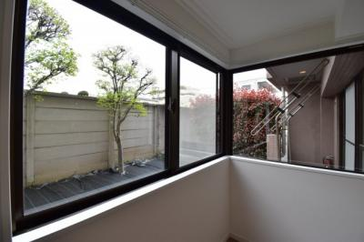 リノベーションで窓を増設。よりたくさんの光を取り込む工夫で視覚的にもおしゃれな空間に仕上がりました。