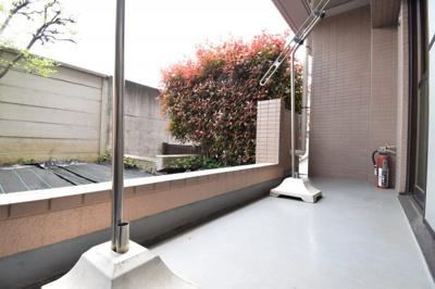 専用庭とは別のテラス部分。南向きの為、お洗濯物もパリッと乾きそう。