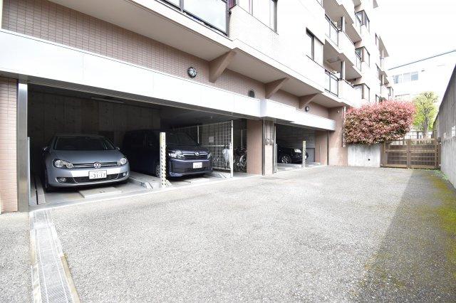 敷地内に駐車場ございます。最新の空き状況はお問い合わせください。