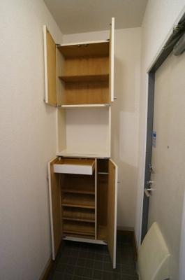 玄関には上下タイプのシューズボックス付き!間のスペースは飾り棚や小物置き場として活用できます♪
