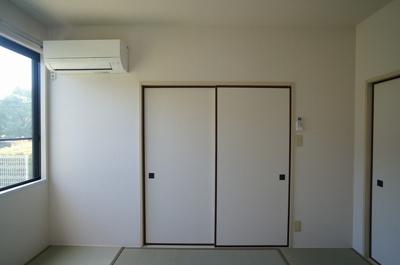 和室6帖のお部屋には暑い夏や寒い冬に大活躍のエアコン付きです☆冷暖房完備で1年中快適に過ごせます♪