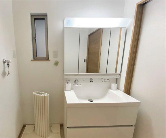 3面鏡の7洗面台で身支度も楽々♪ 開ければ収納もたくさんできます! 小窓もついているので換気もできます^^