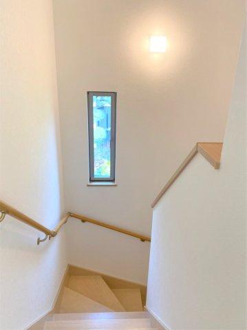 階段にも小窓があります☆
