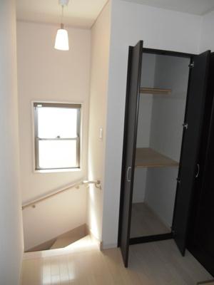 2F廊下収納。 掃除機を入れたり色んな使い方ができます。
