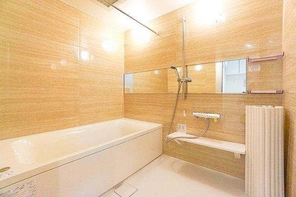 窓付きの浴室です。 このバスルームで一日の疲れを癒してください!