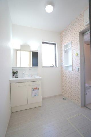 使い勝手のよいシンプルな洗面化粧台です。