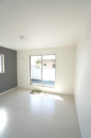 2階7.7帖 バルコニーがあるお部屋です。大きな窓から明るい光が差し込みます。