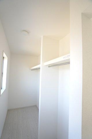 2階7.7帖 WICでお洋服やバックなどの小物もすっきり片付けられます。