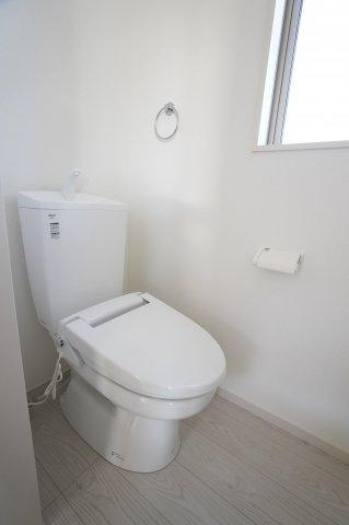 2階トイレです。窓があるので換気ができます。