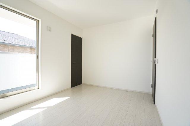 2階6帖 各居室シンプルな洋室で使いやすいです。
