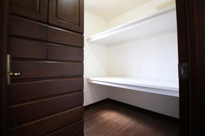 約3帖の《納戸》は窓もあり、リモートワークスペースとしても利用できます。荷物が多いご家庭なら、もちろん収納庫として活躍します。