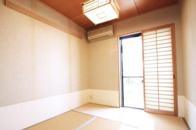 和室にある掃き出し窓の外には裏庭があります。ガーデニングなどで楽しむ事も出来ます。