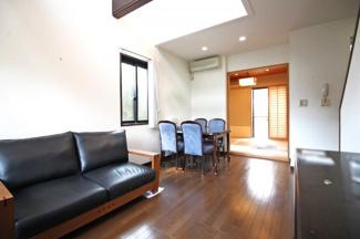 リビングの続きに和室があり、扉を開放すれば更に広いスペースになります。床暖房もあり寒い季節でも足元からポカポカ♪ご家族が自然と集まるリビングです。