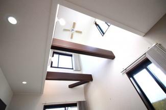 吹抜けの天井には、シーリングファンがあり、大きな羽根で部屋全体に一定の空気の流れをつくるため、冷暖房の設定変更の頻度を抑えることができます。