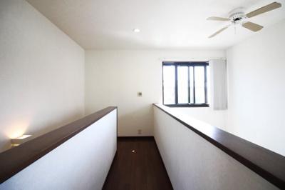 二階ホールは吹抜け部分があり開放的で贅沢な内装です。廊下収納もあります。