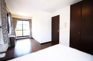 約9.5帖のお部屋は、3面採光で明るく風通しのよい広々とした快適な室内です。