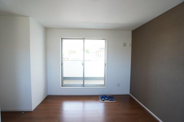 2階7.5帖 バルコニーがあるお部屋です。大きな窓から明るい光が差し込みます。