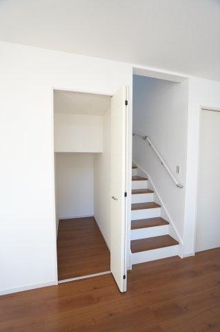 階段下収納 季節物の家電や買い置きした日用品等収納するのに便利です。