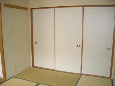 和室6帖のお部屋にある押入れです!押入れはかさばるお布団や季節のお洋服を収納するのに便利!