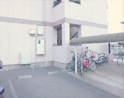 屋根付きの駐輪場で雨が降っても大切な自転車が濡れなくてすみますね♪荷物が重いときに自転車があれば助かります!