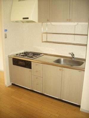 3口ガスコンロ/グリル付きシステムキッチンです☆場所を取るお鍋やお皿もすっきり収納できます♪