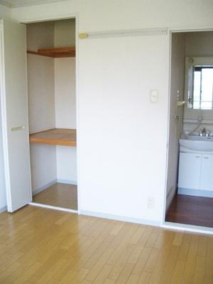 収納スペースのある洋室5帖のお部屋です!荷物の多い方もお部屋が片付いて快適に過ごせますね♪