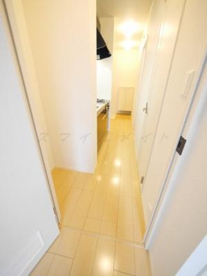 玄関入って廊下を抜けていくと、キッチンがあります。