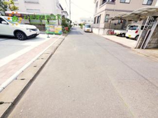 広々とした前面道路で駐車も楽々^^