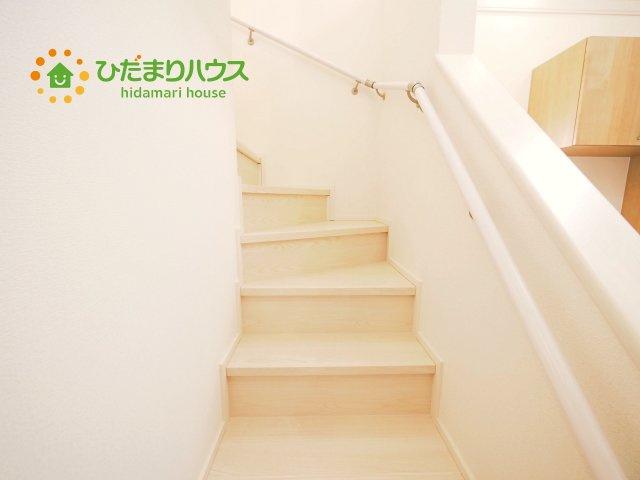 手擦り付きで明るい階段です^^