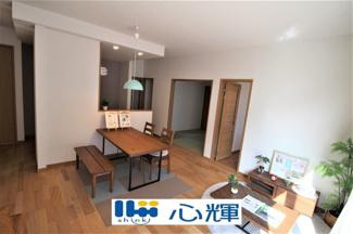 家族が集う開放的な自由空間。季節ごとに壁飾りや家具の配置を変えて楽しんでみるのはいかがですか。