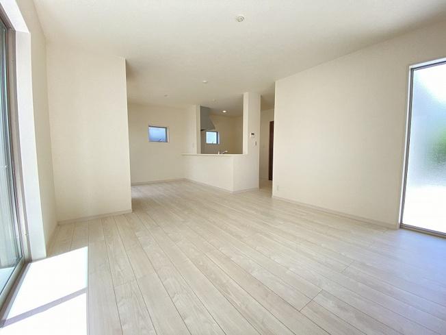 現地写真。リビングです。住宅ローンもお任せ下さい。ご内覧時にわかりやすくご説明させて頂きます。