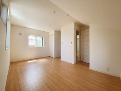3階には居室を2部屋ご用意。(1号棟は東側居室を分けて活用も可能!) 1階にある納戸は居室活用が可能。 シンプルな色合いだから家具やカーテンの色合いを選びません。