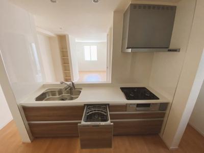 奥様にも嬉しい食洗機付きキッチンはリビングで遊ぶお子様にも目が届く安心感で選ばれている人気の対面キッチンを採用。