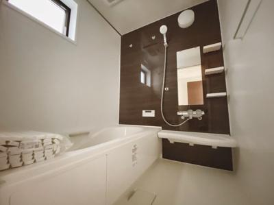 空気もこもらずいつもクリーンな浴室乾燥機付の浴室は1階にあります。雨の日のお洗濯にも大活躍します。お子様と一緒に入って楽しめる広々浴室で、毎日のバスタイムが充実しますね