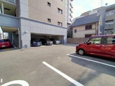 マンション敷地内には平面駐車場がございます。 ※空き状況は確認下さい。