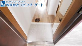 玄関です。少し狭いかもしれないですが容量たっぷりのシューズボックスがあるので大丈夫!