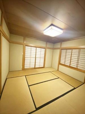 2階・バルコニーに繋がる二面採光8帖の落ち着く和室です♪和室は夏が涼しくて使い勝手がいいんですよ♪こちらの和室にも床の間&押入れ付き♪
