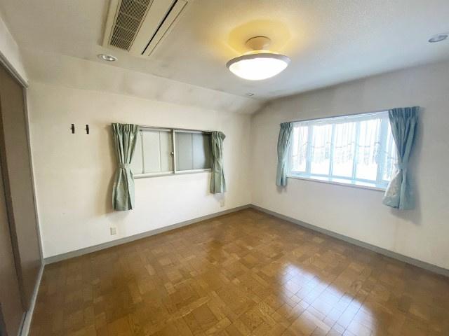2階・二面採光の洋室8.3帖のお部屋です♪ベッドを置いても充分広さがあるので寝室としても最適♪