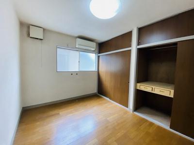 2階・洋室6帖のお部屋はクローゼットが2ヶ所あるのが便利です!寝室や子供部屋などにも最適ですね☆