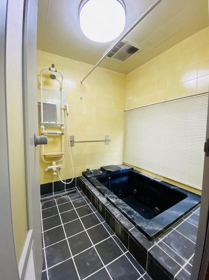 追い焚き機能のある浴室は換気のできる窓付きです☆湿気対策もバッチリ♪広めの浴槽が嬉しいですね☆